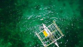 Erstaunliche Ansicht Yacht Segeln in der hohen See am windigen Tag Brummenansicht - Vogelaugenwinkel stock footage