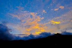 Erstaunliche Ansicht zu den Bergen und zum Sonnenuntergang stockfotos