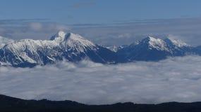 Erstaunliche Ansicht zu den schneebedeckten Bergen stockfotos