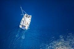 Erstaunliche Ansicht zum Katamaran, das in der hohen See am windigen Tag kreuzt Brummenansicht - Vogelaugenwinkel Lizenzfreies Stockfoto