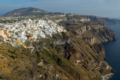 Erstaunliche Ansicht zur Stadt von Fira und Prophet-Elias-Spitze, Santorini-Insel, Thira, Griechenland Stockfoto