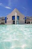 Erstaunliche Architektur des modernen Gebäudes nahe bei Teich mit Brunnen Lizenzfreie Stockbilder
