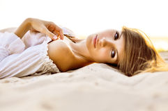 Erstaunliche Augen der Frau auf dem Strandsand Stockfoto