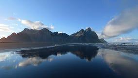 Erstaunliche Berge reflektierten sich im Wasser bei Sonnenuntergang Stoksnes, Island stock video footage