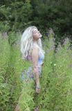 Erstaunliche blonde behaarte Frau oudoors Lizenzfreie Stockbilder