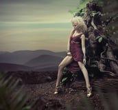 Erstaunliche blonde Dame, die am Abend aufwirft Stockfoto