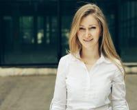 Erstaunliche blonde Frau mit blauen Augen, Porträt Stockfotografie