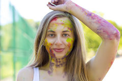 Erstaunliche Blondine im Park an Holi-Festival Lizenzfreies Stockbild