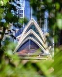 Erstaunliche Detailansicht Sydney Opera Houses und seiner Architekturfunktionen gesehen durch unscharfe Büsche Lizenzfreie Stockfotos