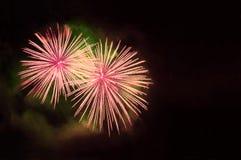 Erstaunliche Feuerwerke mit Platz für Kopie stockfotos