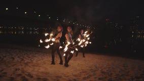 Erstaunliche fireshow Bremsung mit Flammendauben draußen stock footage