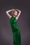 Erstaunliche Frau, die im transparenten grünen Kostüm aufwirft Stockbild
