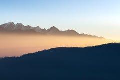 Erstaunliche Gebirgssonnenaufganglandschaft im Himalaja Stockbild