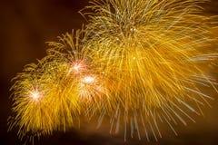 Erstaunliche gelbe Feuerwerke explodieren das funkeln mit Blendungsergebnissen in Moskau, Russland 23. Februar Feier Stockbild