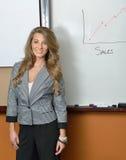 Erstaunliche Geschäftsfrau vor Verkaufsdiagramm Lizenzfreie Stockfotos