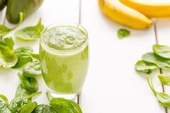 Erstaunliche geschmackvolle grüne Avocado Erschütterung oder Smoothie, gemacht mit frischen Avocados, Banane, Zitronensaft und ni stockbilder