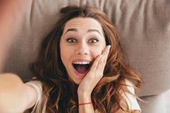 Erstaunliche glückliche emotionale hübsche Dame des Bildes machen selfie Lizenzfreie Stockfotografie