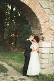 Erstaunliche glückliche leichte stilvolle schöne romantische kaukasische Paare auf dem alten barocken Schloss des Hintergrundes stockbild