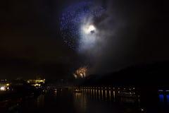 Erstaunliche goldene und purpurrote Feuerwerksfeier des neuen Jahres 2015 in Prag mit der historischen Stadt im Hintergrund Lizenzfreie Stockbilder