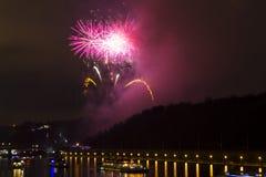 Erstaunliche helle gelbe und rosa Feuerwerksfeier des neuen Jahres 2015 in Prag mit der historischen Stadt im Hintergrund Lizenzfreie Stockfotografie