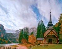Erstaunliche Herbstlandschaft der kleinen Kapelle bei Lago di Braies Lake, Dolomiten, Süd-Tirol, Italien stockbilder