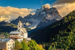Erstaunliche Herbstlandschaft mit Kirche auf dem Hügel, Dolomit, Italien Stockfotos