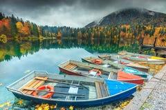 Erstaunliche Herbstlandschaft und bunte Boote, See Fusine, Italien, Europa Stockfotografie