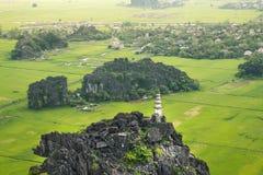 Erstaunliche Hochlandansicht der Reisfelder, der Kalksteinfelsen und des MOs Stockfoto