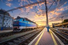 Erstaunliche Industrielandschaft mit alter Lokomotive Stockbilder