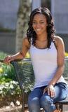 Erstaunliche junge Afroamerikanerfrau - weißer Behälter Stockbilder