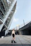Erstaunliche junge blonde Dame, die draußen geht Beiseite schauen Stockfotografie