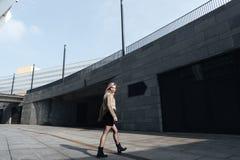 Erstaunliche junge blonde Dame, die draußen geht Beiseite schauen Stockfoto