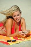 Erstaunliche junge blonde Frau auf Strand im Bikini Lizenzfreie Stockfotos