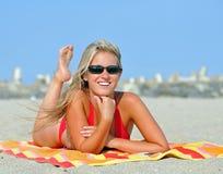 Erstaunliche junge blonde Frau auf Strand im Bikini Stockfotografie