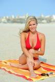 Erstaunliche junge blonde Frau auf Strand im Bikini Stockbilder