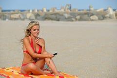 Erstaunliche junge blonde Frau auf Strand im Bikini Lizenzfreies Stockbild
