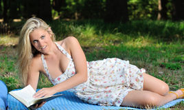 Erstaunliche junge blonde Frau in den sundress - Lesung Stockfoto