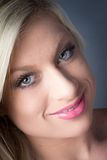 Erstaunliche junge blonde weibliche grüne Augen, lächelnd Stockfoto