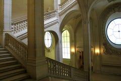 Erstaunliche Kunstfertigkeit in führenden Leuten des Steintreppenhauses zu den verschiedenen Niveaus, das Louvre, Paris, Frankrei Stockfotografie