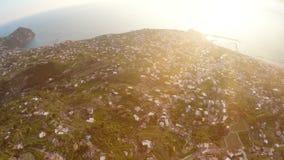 Erstaunliche Landschaft auf Vulkaninsel mit vielen Häusern auf grünen Hügeln, magische Stunde stock video