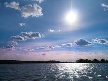 Erstaunliche Landschaft des Himmels und des Sees an einem sonnigen Tag des Sommers Lizenzfreies Stockbild