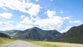 Erstaunliche Landschaft einer Straße in den Bergen lizenzfreies stockfoto