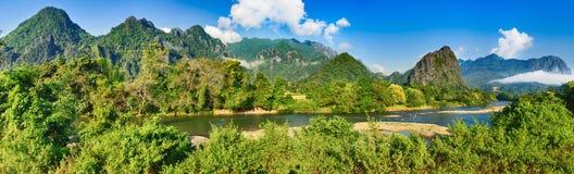 Erstaunliche Landschaft von Fluss unter Bergen Laos-Panorama stockfotos