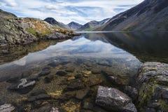Erstaunliche Landschaft von Wast-Wasser mit Reflexionen in ruhigem See w Lizenzfreie Stockfotografie