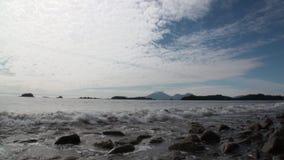 Erstaunliche Landschaftmeereswellen auf Hintergrund von Bergen und von ruhigem Wasser in Alaska stock footage