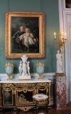 Erstaunliche Möbel und unbezahlbare Meisterwerke in einem vieler Räume, das Louvre, Paris, Frankreich, 2016 stockfotos