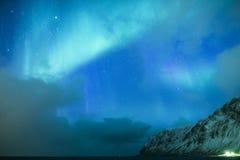 Erstaunliche malerische einzigartige Nordlichter Aurora Borealis Over Lofoten Islands Lizenzfreie Stockbilder