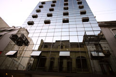 Erstaunliche Mischung der modernen und alten Architektur Lizenzfreie Stockfotos