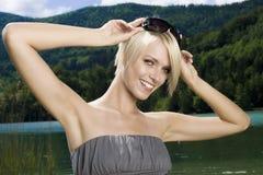 Erstaunliche modische blonde Frau Stockfoto