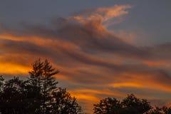 Erstaunliche orange Wolken auf Sonnenaufgang, Frankreich Lizenzfreie Stockfotografie